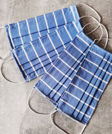 masca textila albastra cu linii
